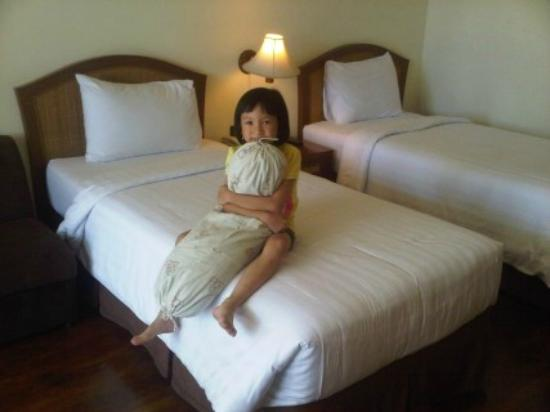 Grand Whiz Hotel Trawas Mojokerto: Twin Single Beds (well pillow is not included)