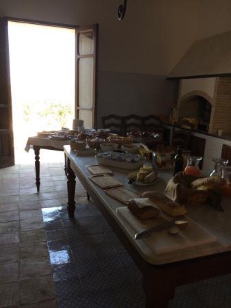 Il Cuore di Dioniso Dimora D'Epoca : Abendessen im Innenhof bei hausgemachtem, roten Bier... Frühstücksbuffet in der Küche, herrliche