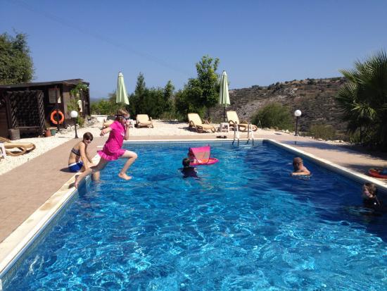Polemi, Chipre: The family enjoying the pool!