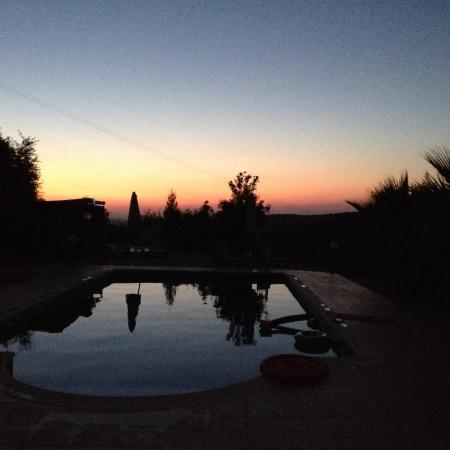 Polemi, Chipre: Sunset over the pool.