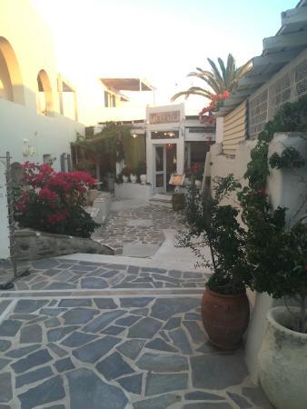 Iria Beach Art Hotel : Courtyard at hotel entry