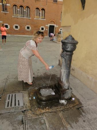 Hotel de l'Alboro: In front of the hotel is the fountain with potable water :-)