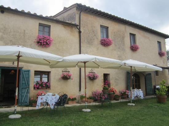 B&B La Canonica di San Michele : Sicht aufs Haus inkl. Garten mit Frühstückstischen
