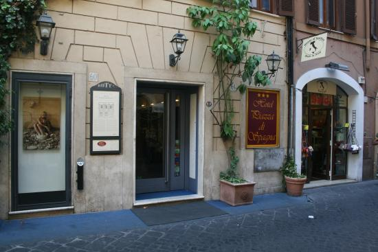 Hotel Piazza di Spagna: Front of Hotel