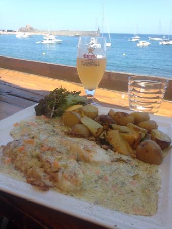 la voile : Déjeuner face à la mer , un serveur très agréable , un poisson du jour juste parfait ... Un empl