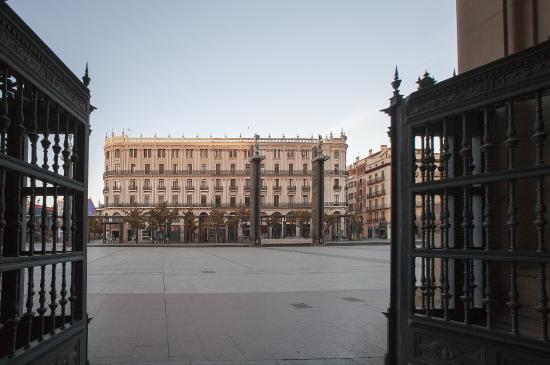 Hotel Pilar Plaza: Fachada vista desde el Pilar