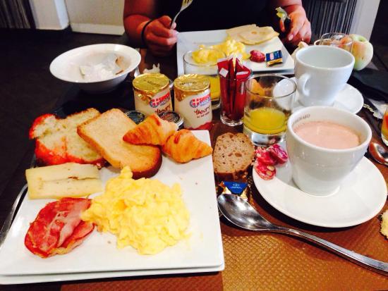 Quality Hotel Le Cervolan Chambery - Voglans: Les photos reflètent le menu que nous avons mangés.  Le panier gourmand offert, la vue du jardin