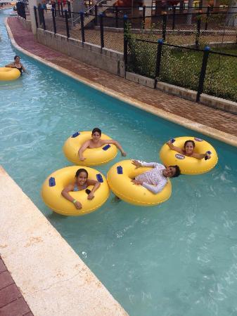 Floridablanca, Κολομβία: Mis hijos disfrutando de las piscinas y toboganes de acualago.. Fue muy divertido. Verdad para v
