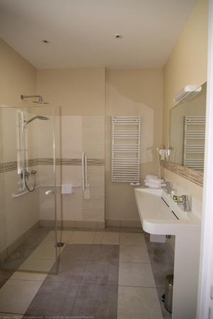 Hotel - Restaurant du Chateau: Salle de bain accessibilité PMR