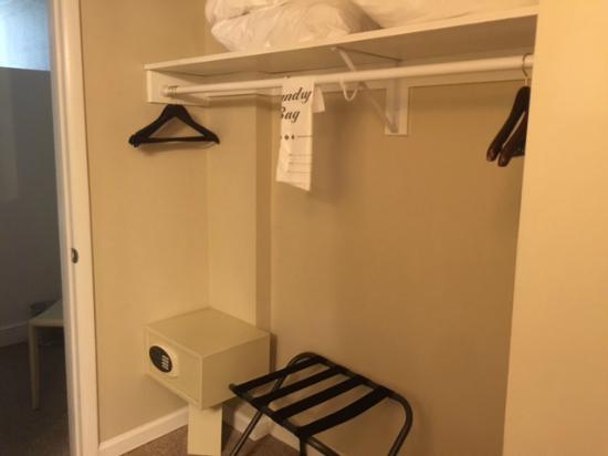 Brighton Suites Hotel : Plenty of closet space.