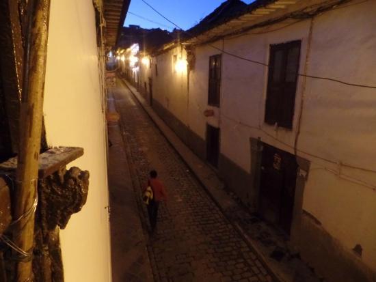 Hostal Quipu Cusco: Rua do hostel de noite