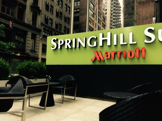 SpringHill Suites New York Midtown Manhattan/Fifth Avenue : front patio