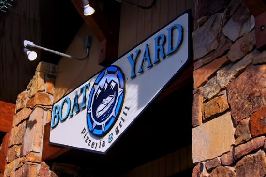 Boatyard Pizzeria & Grill: Boatyard on busy Main Street