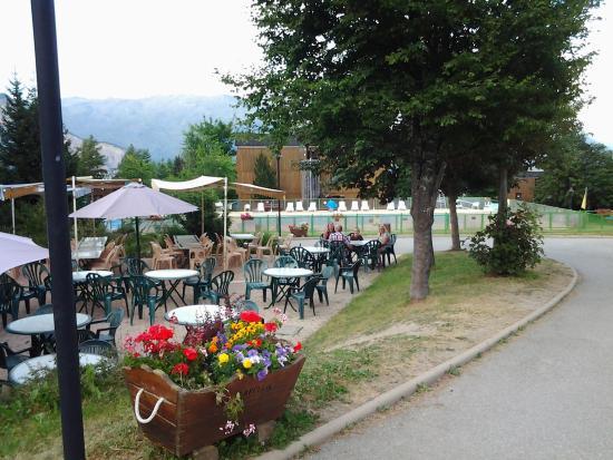 Village Vacances Les Carlines: terrasse pour prendre son repas