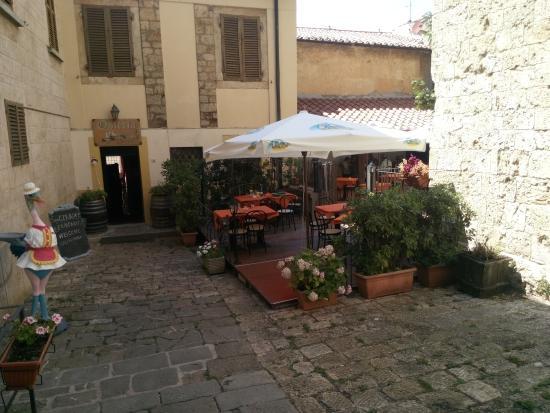 Osteria San Cerbone: ingresso e piazzetta con tavoli