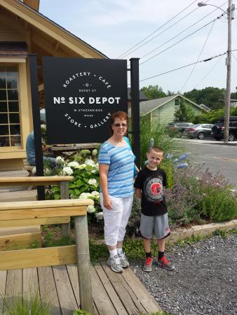 Six Depot Roastery and Cafe : Love the Beautiful landscape flowers and shrubs