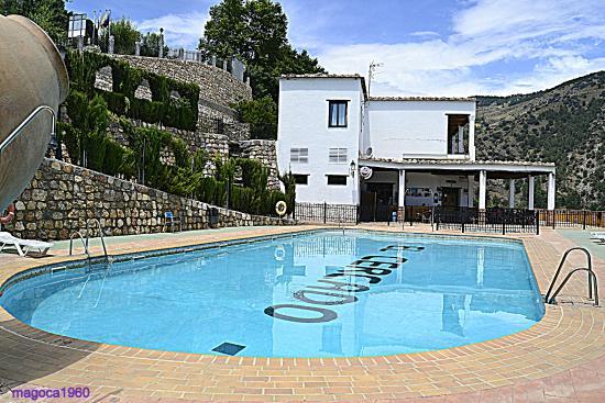 El Cercado Turismo Rural: la piscina y al fondo el restaurant y zona de ocio