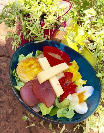 La Fee Gourmande: suggestion de salade: chèvre pané, oeuf mollet, bacon grillé, caviar d'aubergine, poivrons grill