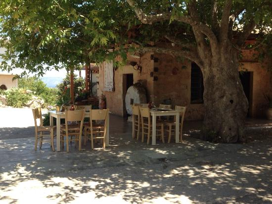 Agarathos : Outdoor seating