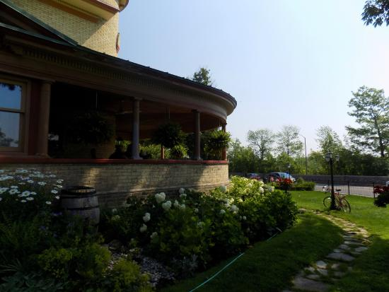 Park Place Bed & Breakfast: Side of the Bed and Bed and Breakfast