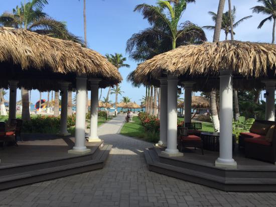 Holiday Inn Resort Aruba - Beach Resort & Casino: Visão do lobby para a praia