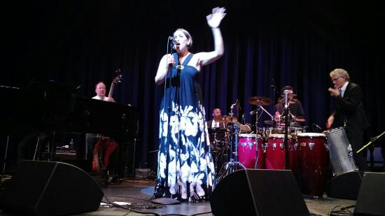 Честер, Нью-Йорк: Pink Martini at Sugar Loaf Performing Arts Center, July 2015