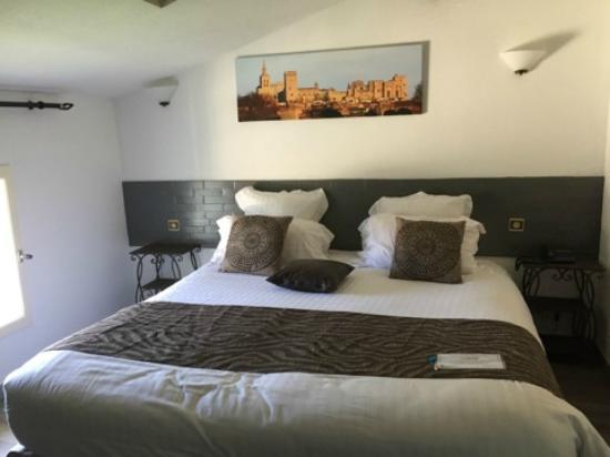 Hotel Restaurant La Ferme: Zimmer_grosses Bett_dafür sonst keinen Platz ..