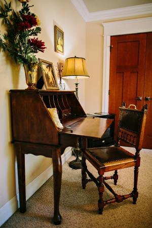 Fat Duck Inn: Antique writing desk in the Gadwall.