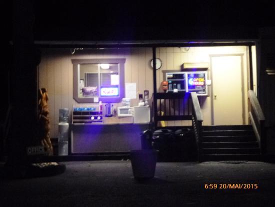 Groveland Motel & Indian Village : die Wirtin wartet geduldig auf Reisende 24/7