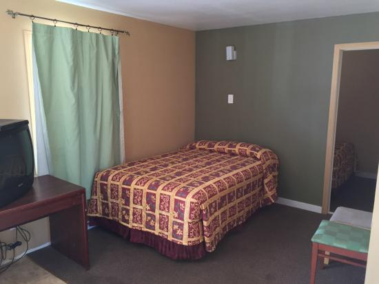 Town Motel: 2 Rooms Apt with 2 Queen beds + 2 Full beds