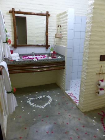 Salle de bain avec décoration romantique - Photo de Rede Beach ...