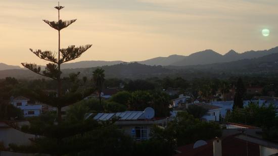 Hipotels Marfil Playa: Vista del interior de la isla desde el hotel