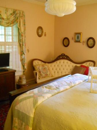 The Inn at Grays Landing: Rooms have lots of antiques