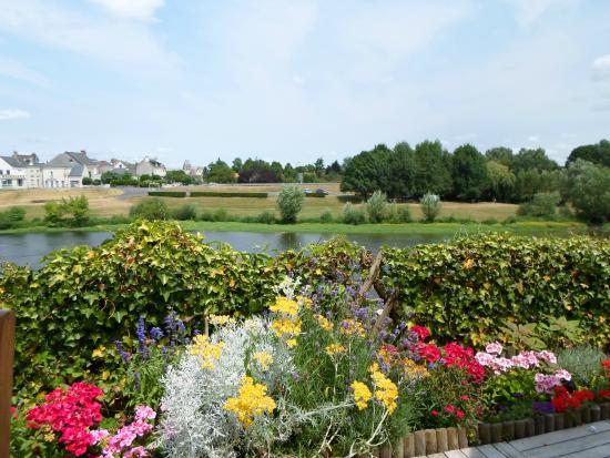 Auberge de l'Ile : La terrasse et sa magnifique vue sur la Vienne.