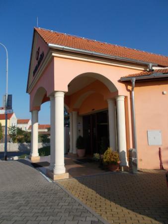Eliska Hotel: вход в отель