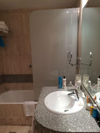 Sink and bath tub - Picture of Hotel Pure Salt Garonda, Playa de ...