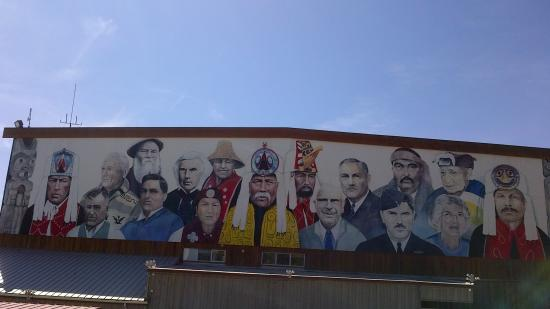 Denny Island, Canadá: 100ft mural of Indian Chiefs,Doctors and officials of nearby Reserve,and military men ,and origi