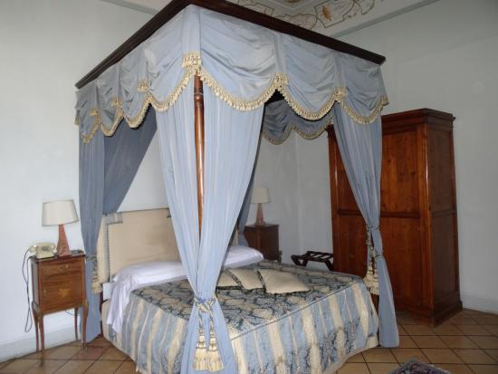 Palazzo Dragoni: 4 poster bed in room 8