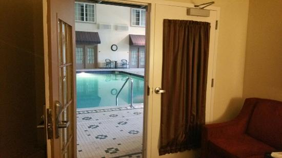 Comfort Suites Milwaukee Airport : King suite poolside