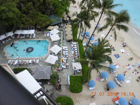 Moana Surfrider, A Westin Resort & Spa: View of pool and beach from balcony of room