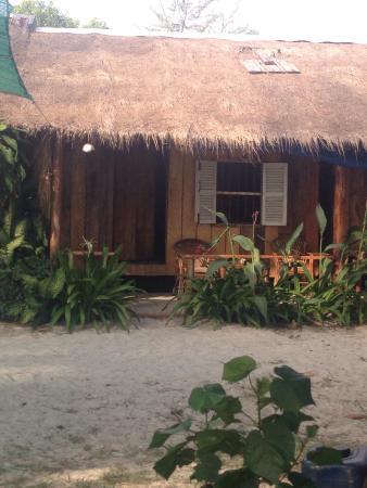 Castaways Beach Bar & Bungalows : The bungalows facing the beach