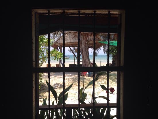 Castaways Beach Bar & Bungalows : View out of the window, can leave open for fresh air due to bars