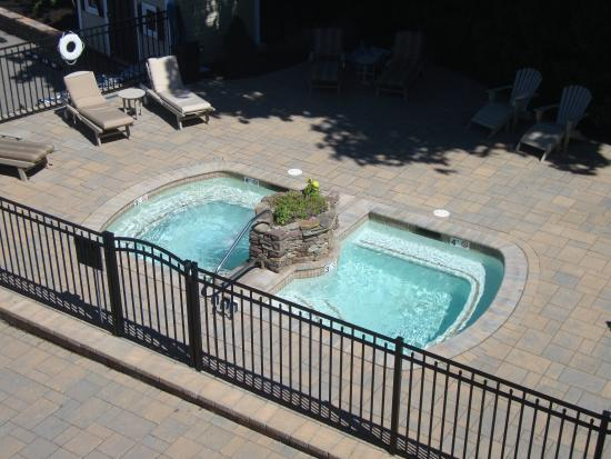 Nellie Littlefield Inn & Spa: Hot tub viewed from room deck