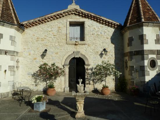 Brignon, France : Outdoor breakfast area and hotel entrance
