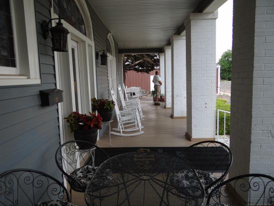 Hudspeth House Bed and Breakfast: Beautiful porch