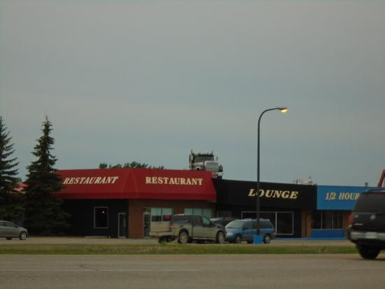 Crossroads Cafe: Semi on the roof ,good eats