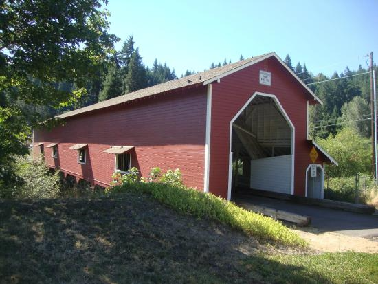 Westfir Lodge : famous covered bridge just outside