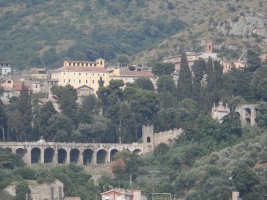 OC Hotel Villa Adriana: View across to Tivoli