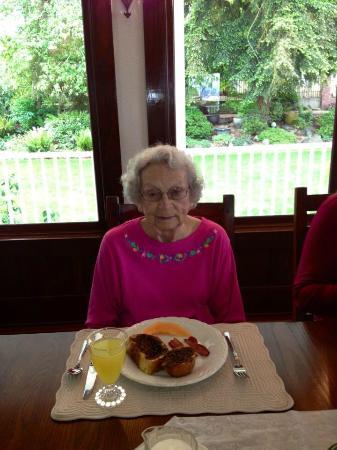 Cedar Cove Inn: Mom enjoying one of Kathy's wonderful breakfasts