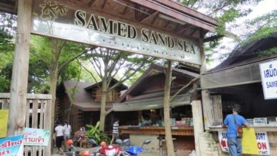 Samed Sand Sea Resort: Entrance to hotel and reception